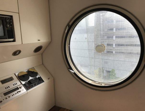 capsule window